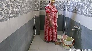 Brazzers xxx: PVC Indian Gives Shower to his Assistant